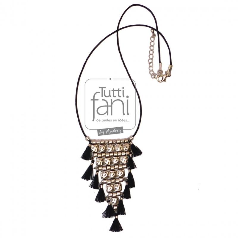 Collier ethnique pendentif métal et pompons noirs